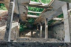 观看下来在老被毁坏的工厂厂房,没有交叠的地板 库存图片