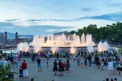 观看不可思议的喷泉光的未定义人民显示 库存照片