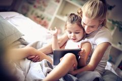 观看与妈妈的动画片是我们的早晨惯例 库存照片