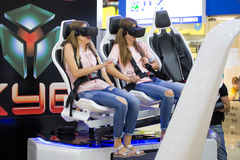 观看与VR风镜的两个女孩电影 图库摄影