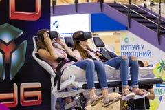 观看与VR风镜的两个女孩电影 免版税库存照片
