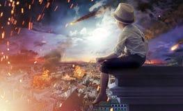 观看世界的末端小男孩 免版税库存图片