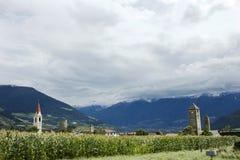 观看乡下Malles Venosta村庄,意大利Silandro市风景  免版税库存图片