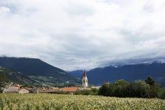 观看乡下Malles Venosta村庄,意大利Silandro市风景  免版税库存照片