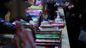 观看书在出版的商业展览,印刷业产品的许多买家 影视素材