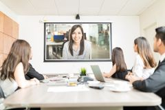 观看介绍的同事在会议室 免版税库存照片