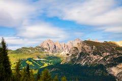 观看从白云岩意大利的落矶山脉的杉木森林的绿色山谷 图库摄影