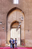 观看伊斯兰教的建筑学的人们 免版税库存图片