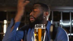 观看体育比赛的朋友在客栈,饮用的新鲜的啤酒,失望对损失 股票视频