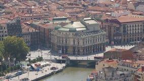 观看俯视的毕尔巴鄂歌剧院在河岸,汽车过桥,西班牙 股票视频