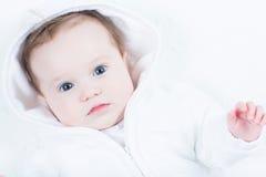 观看入照相机的好奇婴孩 库存图片