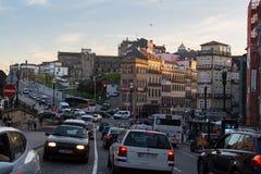 观看其中一条街道在老波尔图街市的历史中心 免版税库存图片