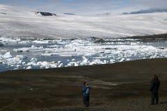 观看冰川的冒险家 免版税图库摄影
