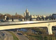 观看到斯大林7姐妹从Zaryadie公园,莫斯科桥梁的天空刮板  免版税库存照片