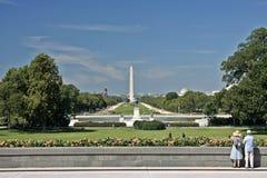 观看华盛顿针的老夫妇 库存照片