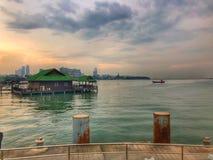 观看口岸港口码头船坞着陆河沿江边日落海天空小船桥公园 库存图片
