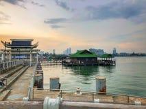 观看口岸港口码头船坞着陆河沿江边日落海天空小船桥公园 库存照片
