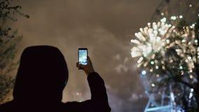 观看和拍摄烟花的人特写镜头剪影在智能手机照相机爆炸户外 影视素材