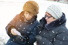 观看图片的两名妇女 免版税库存照片