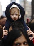 观看圣诞老人游行-多伦多, 2013年11月17日 免版税库存图片