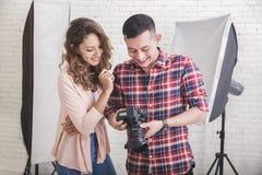 观看在他的照相机的摄影师照片预览对他的方式 免版税库存图片