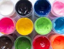 观看在多彩多姿的油漆开放包裹的里程碑  库存照片