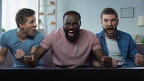 观看在大屏幕欢呼的最佳的足球队员的三个人橄榄球竞争 股票录像