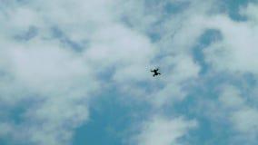 观看在天空的直升机用不同的形状的云彩 股票录像