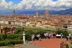 观看在市的游人佛罗伦萨,意大利 库存照片