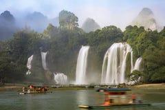 观看在广西省,池氏的游船Detian瀑布 库存照片