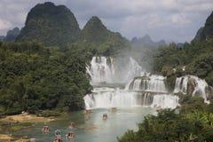 观看在广西省,池氏的游船Detian瀑布 库存图片