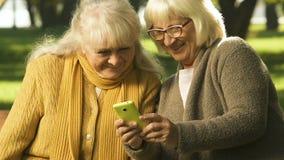 观看在智能手机的资深妇女滑稽的录影,流动互联网的低关税 股票视频