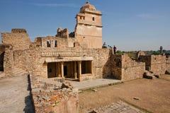 观看在最大的堡垒的迷宫的游人塔在拉贾斯坦,联合国科教文组织世界遗产名录 库存图片