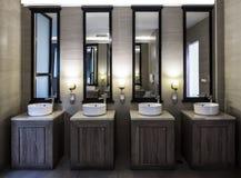 观看在洗手间屋子里的现代水槽手 库存图片