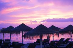 观看在海滩的夫妇美好的日落 免版税图库摄影
