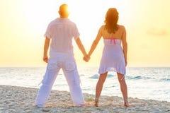 在海滩的浪漫日出 库存照片