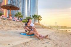 观看在海滩的夫妇浪漫日出 免版税图库摄影