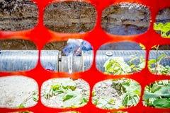 观看在焊工联合国的低谷建筑塑料橙色安全滤网 库存照片
