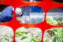 观看在焊工u的低谷建筑塑料橙色安全滤网 免版税库存图片