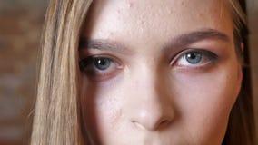 观看在照相机,心情概念的年轻哀伤的女孩的眼睛,弄脏了背景 股票录像