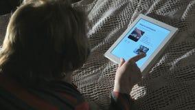 观看在片剂计算机上的妇女食物杂志 股票视频