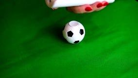 观看在电视上的一足球赛的抽象或隐喻表示法 股票录像