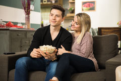 观看在电视的夫妇一部浪漫影片 库存图片