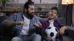 观看在电视的生气橄榄球支持者足球 股票录像