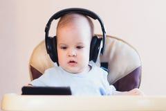 观看在电话的小孩一部动画片 免版税库存照片