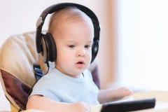 观看在电话的小孩一部动画片 图库摄影