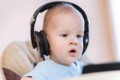 观看在电话的小孩一部动画片 库存照片