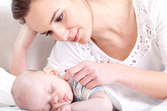 观看在睡觉的婴孩的母亲 免版税库存照片