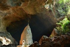 观看在神圣的沙丹洞里面在Hpa-An,缅甸 免版税库存照片