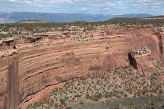 观看在科罗拉多国家历史文物的一个红色岩石峡谷下 免版税图库摄影